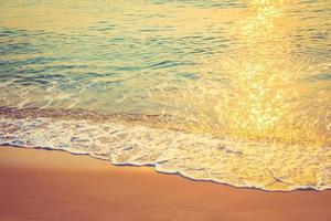 vague de mer sur la plage photo