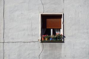 fenêtre sur la façade blanche d'une maison photo