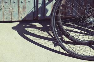 roue de silhouette ombre vélo dans la rue photo