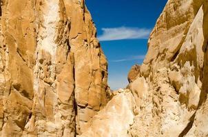 ciel bleu entre les rochers photo