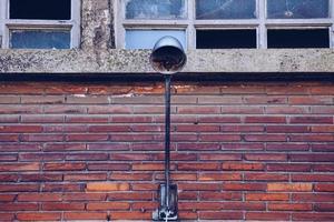 réverbère sur la façade de l'immeuble photo
