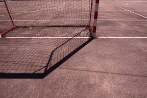 ombre de but de football de rue sur le terrain