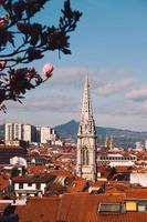 Architecture de bâtiment sur le toit dans la ville de Bilbao, Espagne photo