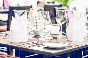 table à manger dans le restaurant de l'hôtel photo