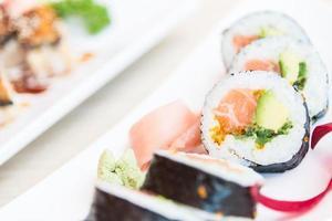 sushi roll maki saumon