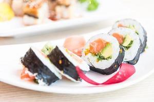 sushi roll maki saumon photo