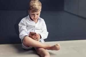 petit garçon jouant à des jeux sur téléphone mobile