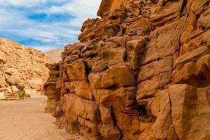 face du canyon rocheux photo