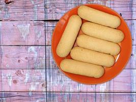 Cookies sur une plaque rouge sur un fond de table en bois photo