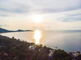 Belle vue aérienne de la plage et de la mer à l'île de koh samui, thaïlande photo