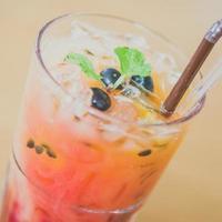 mélanger la boisson de moctails aux fruits