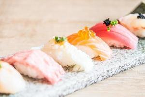point de mise au point sélective sur rouleau de sushi photo