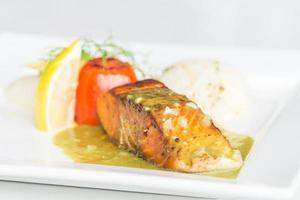 Pavé de saumon sur plaque blanche