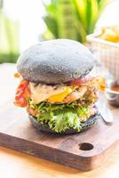 hamburger au pain noir photo