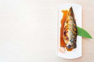 poisson saba grillé avec sauce sucrée sur le dessus photo