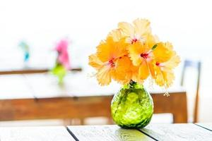 vase sur table en bois
