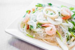 salade épicée aux fruits de mer photo