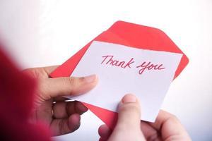 note de remerciement dans une enveloppe rouge