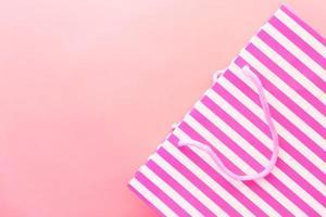 sac cadeau rayé rose sur fond rose