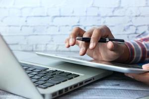 homme affaires, utilisation, tablette, et, ordinateur portable