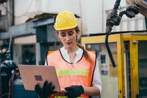 ingénieur sur un chantier de construction avec un ordinateur portable