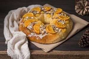 Nourriture du jour de l'épiphanie avec un chiffon blanc d'oranges tranchées photo
