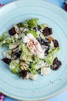 salade d'herbes garnie de crème sure photo