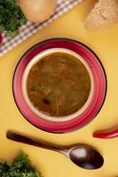 soupe de légumes avec du pain et une cuillère en bois photo