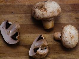 champignons sur la table en bois