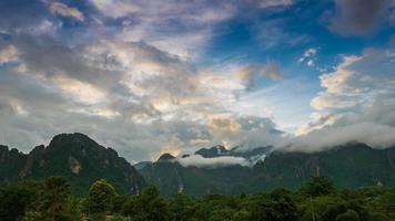 montagnes et ciel bleu photo