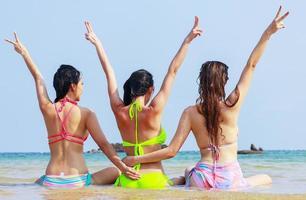 Groupe de copines heureux sur la belle plage d'été