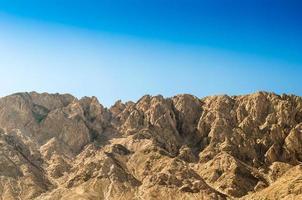 montagnes brunes et ciel bleu photo