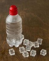 eau en bouteille en plastique photo