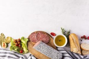 vue de dessus du délicieux concept de salami photo