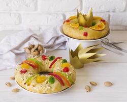 desserts de gâteau du jour de l'épiphanie avec espace de copie de la couronne photo
