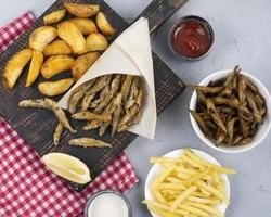 concept plat de délicieux chips de poisson photo