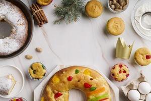 dessert du jour de l'épiphanie à plat avec des ingrédients et de l'espace de copie