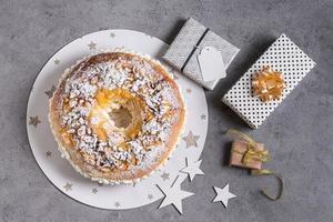 dessert du jour de l'épiphanie à plat avec espace de copie des ingrédients