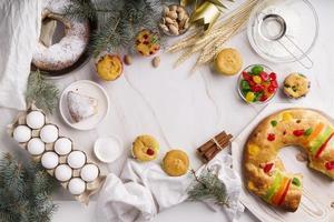 dessert du jour de l'épiphanie à plat avec espace de copie des ingrédients photo