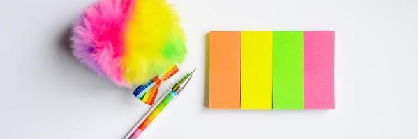Stylo multicolore et stationnaire sur fond blanc photo