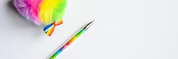 stylo multicolore sur fond blanc photo