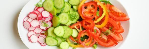 salade fraîche dans une assiette blanche photo