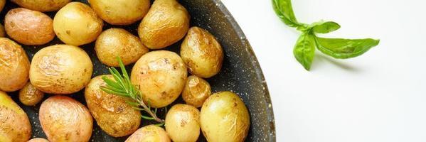 pommes de terre rôties dorées dans la peau photo