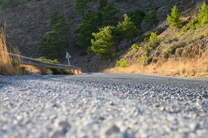 une route sinueuse dans les montagnes avec coucher de soleil à l'heure d'or photo