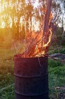 tonneau à ordures brûlant photo