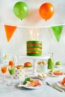 Réglage de la table de fête d'anniversaire avec une variété de fruits crus comme nourriture