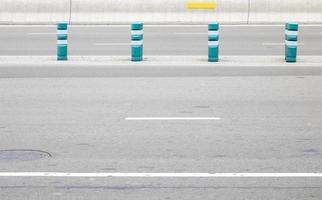 quatre barrières bleues sur une autoroute photo
