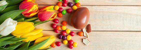 oeufs et bonbons en chocolat, format de bannière panoramique photo