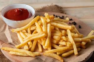 frites dorées chaudes avec ketchup