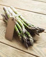 asperges vertes fraîches avec une étiquette vide photo